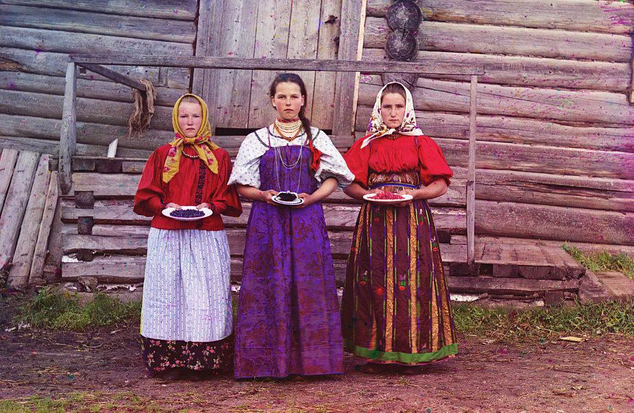 Tres mujeres jóvenes cerca de la ciudad de Kirillov. COLECCIÓN DE FOTOGRAFÍAS PROKUDIN-GORSKIĬ, BIBLIOTECA DEL CONGRESO, DIVISIÓN DE GRABADOS Y FOTOGRAFÍAS