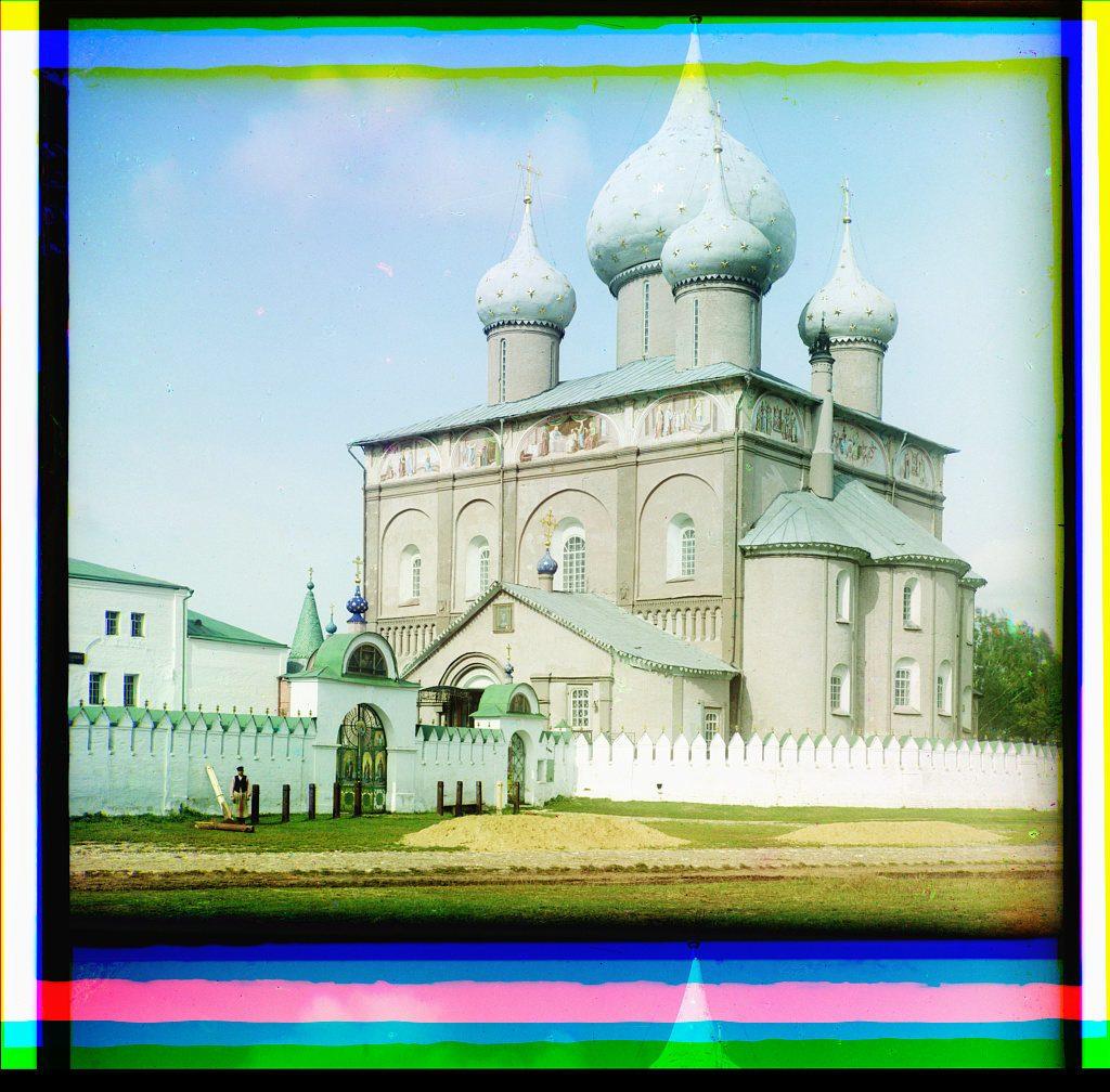 La catedral de la Natividad de Cristo en la región del río Volga. Los bordes de las imágenes muestran los artefactos del proceso de capas. COLECCIÓN DE FOTOGRAFÍAS PROKUDIN-GORSKIĬ, BIBLIOTECA DEL CONGRESO, DIVISIÓN DE GRABADOS Y FOTOGRAFÍAS