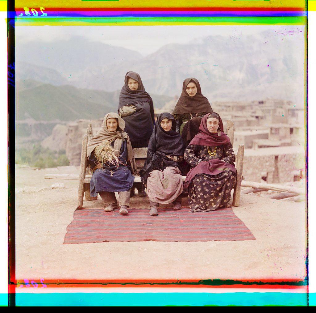 Un grupo de mujeres posando en Daguestán. COLECCIÓN DE FOTOGRAFÍAS PROKUDIN-GORSKIĬ, BIBLIOTECA DEL CONGRESO, DIVISIÓN DE GRABADOS Y FOTOGRAFÍAS